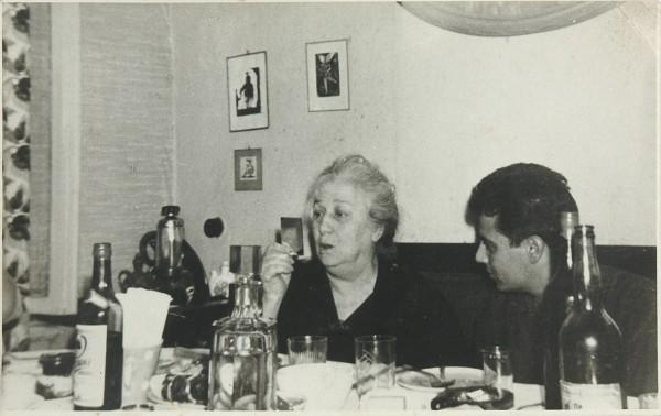 Фотография Анны Ахматовой с молодым Михаилом Ардовым в знаменитой квартире на Ордынке. Ноябрь 1965 г.
