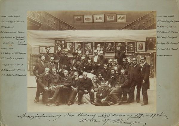 Групповая фотография художников на выставке Товарищества Передвижных художественных выставок. / фотограф К. Фишер [автограф]. 1906.