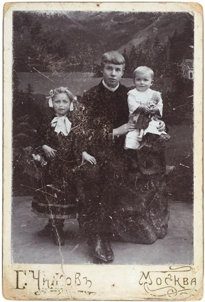 Фотография: Есенин с сестрами Катей и Шурой / фот. Г. Чижов. М., [1912].