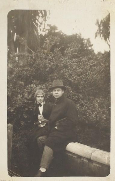 Тиражная фотография: Есенин с Ольгой Кобцовой. Батум, 1924.