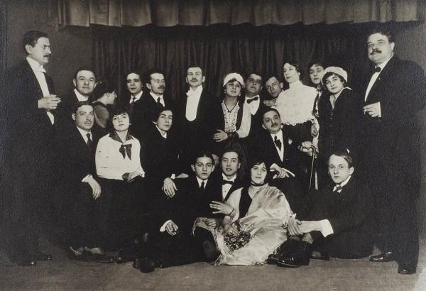 Фотография труппы кабаре «Летучая мышь». На снимке А. Вертинский, Л. Никулин и др.