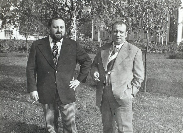 [Автографы А. и Г. Вайнеров] Фотография братьев Аркадия и Георгия Вайнеров. Калуга, 1975.