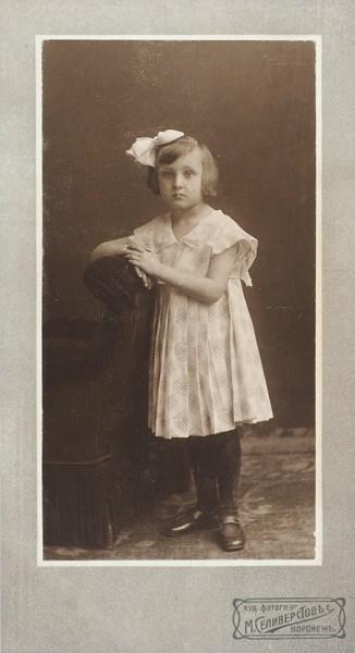 Детские портреты. Подборка из 58 кабинетных фотографий детей и семейных фотографий с детьми. [1890-1910-е гг.].
