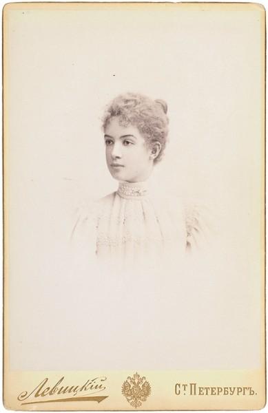 Мода. Кружево в женской одежде. Подборка из 42 кабинетных фотографий. [1890-1910-е гг.].