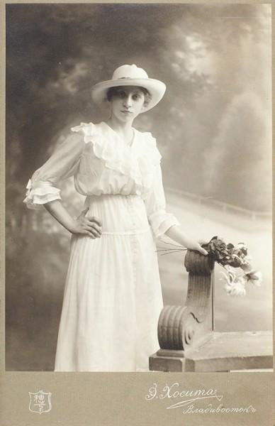 Мода. Головные уборы. Подборка из 34 кабинетных фотографий. [1890-1910-е гг.].