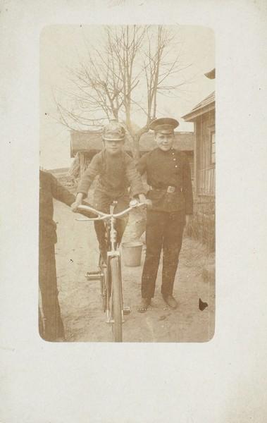 Подборка из 10 фотографий и фотографических открыток «Велосипеды и мотоциклы».