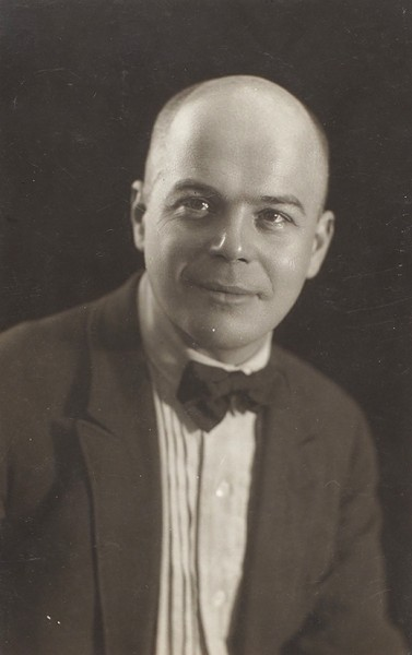 [Самый знаменитый портрет] Фотопортрет Виктора Шкловского в бабочке. 1938.