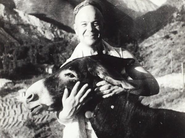 Фотография Виктора Шкловского с ослом. 1939.
