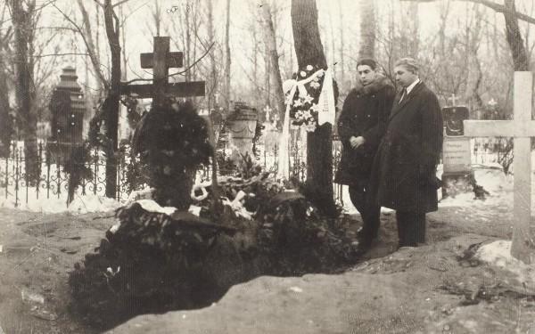 Фотография: У могилы Есенина. 1926. [Поздний отпечаток 1970-х гг.].