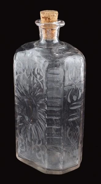 Штоф с декором в виде стилизованных цветков ромашки. Россия, Петербургский стекольный завод. 1740-е — 1760-е. Стекло прозрачное бесцветное (калиевый хрусталь), гранение, шлифовка, полировка. Высота 18,2 см.