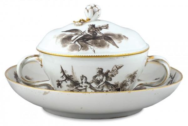Террина (супница) малая. Германия, Мейсенская фарфоровая мануфактура. 1770-е — 1780-е. Фарфор, надглазурная роспись, золочение. Высота чашки 10,9 см, диаметр блюдца 19,2 см.