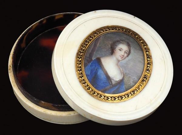 Миниатюрный портрет дамы. Россия (?). 1800-е. Кость, гуашь, стекло, золото, черепаха. Миниатюра 4,5 х 3,8 см, табакерка 7,5 х 2 см.