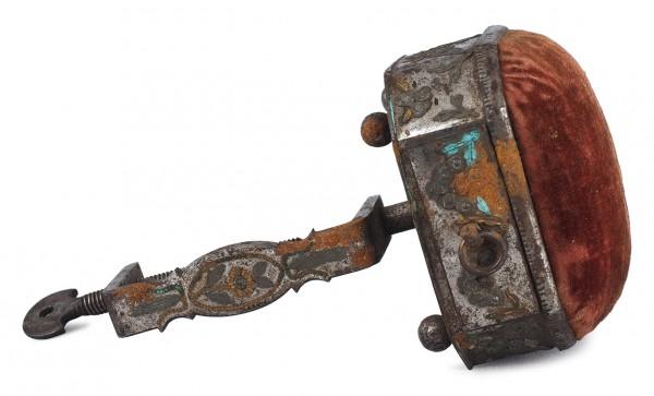 Швейка девичья. Россия, Тула. 1800-е. Сталь, латунь, бархат. Размер 13 х 7,5 х 7 см.