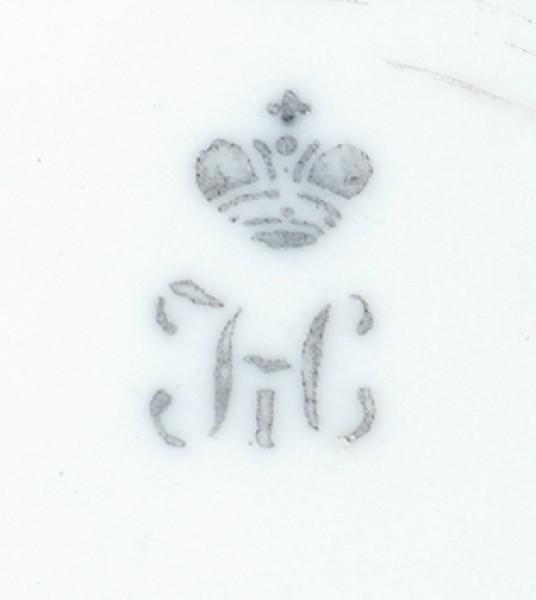 Две розетки «Листья». Российская империя, Санкт-Петербург, ИФЗ. 1840-е. Фарфор, рельеф, орнаментальное золочение, 13х11 см.