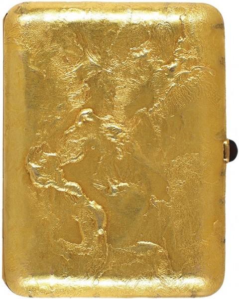 Портсигар «Самородок». Россия, Одесса. 1910-е. Золото, литьё, гранат. Вес 141 г. Размер 7,3 х 9,7 см.