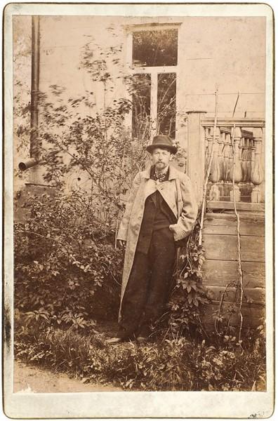 Фотография молодого Антона Чехова в саду в Мелихово. Нач. 1890-х гг.